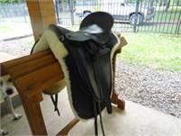 Ansur treeless dressage saddle